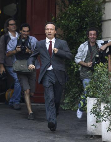 Si gira: Benigni corre sul set (Reuters)