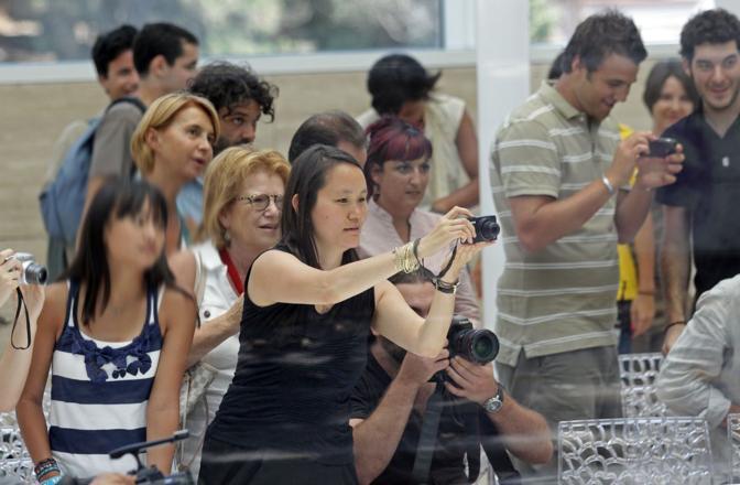 Anche Soon-Yi, moglie di Woody Allen, si diverte a fare qualche foto ricordo (Jpeg)