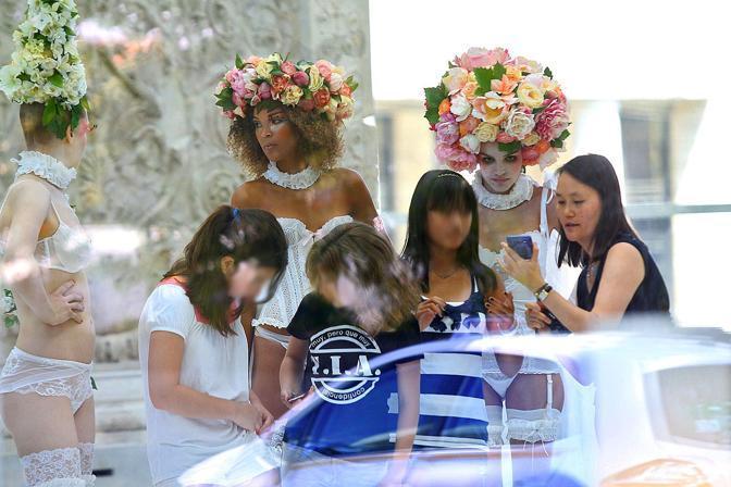 Soon-Yi mostra alla figlia le foto scattate ( Jpeg)