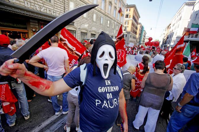 Una maschera degli indignados al corteo Cgil di Roma in occasione dello sciopero generale del 6 settembre 2011 (Ansa)