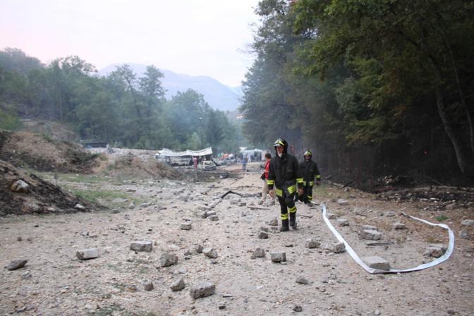 La prima deflagrazione si è registrata alle 14.45 nella zona di Carnello. I soccorsi sono stati ostacolati da un violento incendio, le fiamme hanno minacciato anche alcune vicine abitazioni che sono state evacuate  (Foto Mario Proto)