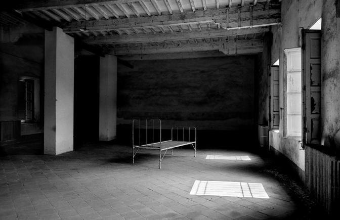La mostra fotografica «Luci d'ombra - Viaggio nei luoghi manicomiali» di Giovanni Nardini in programma alla  Sala Santa Rita di Roma (foto Nardini)