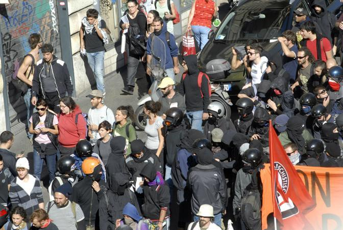I black bloc all'interno del corteo   (foto Ansa)