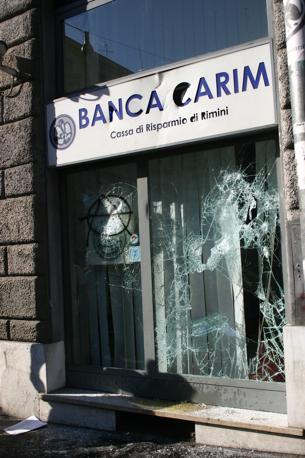 Roma il giorno dopo la guerriglia for 3 metri quadrati di garage per auto