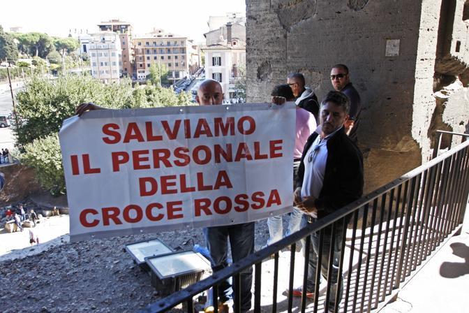 Alcuni precari della Croce Rossa licenziati sono saliti martedì sul primo anello dell'Anfiteatro Flavio per chiedere la riassunzione con contratti stabili (foto Eidon)