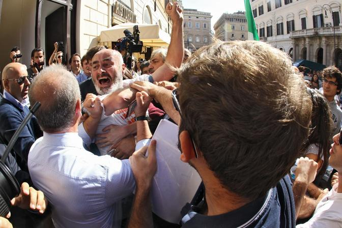 Momenti di tensione a piazza Santi Apostoli a Roma (Jpeg)