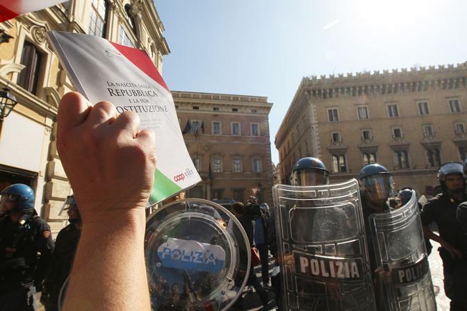 I manifestanti sono arrivati in piazza Santi Apostoli con la Costituzione in mano (Jpeg)