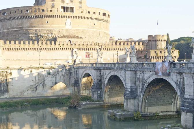 La gigantografia srotolata a Ponte Sant'Angelo a Roma, a due passi da San Pietro