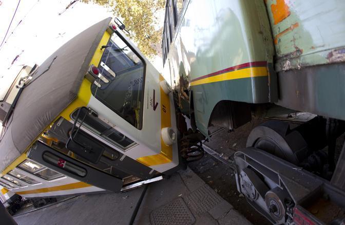 Lo scontro tra un tram della linea 14 e un treno della linea regionale di Giardinetti a Porta Maggiore (Ansa/Peri)