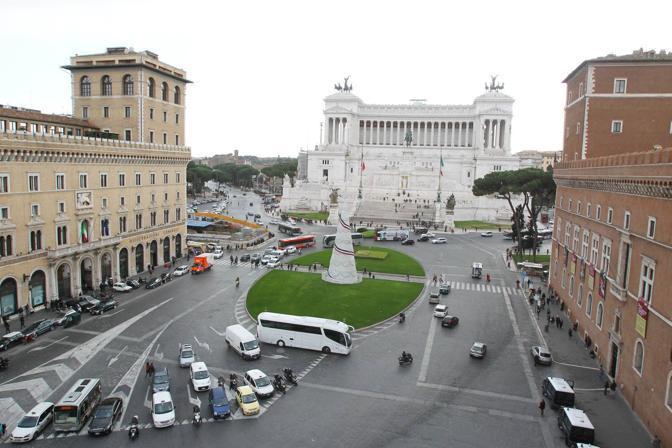 Un cono rovesciato: è il nuovo albero di Natale «spuntato» martedì mattina a Roma in piazza Venezia (Jpeg)