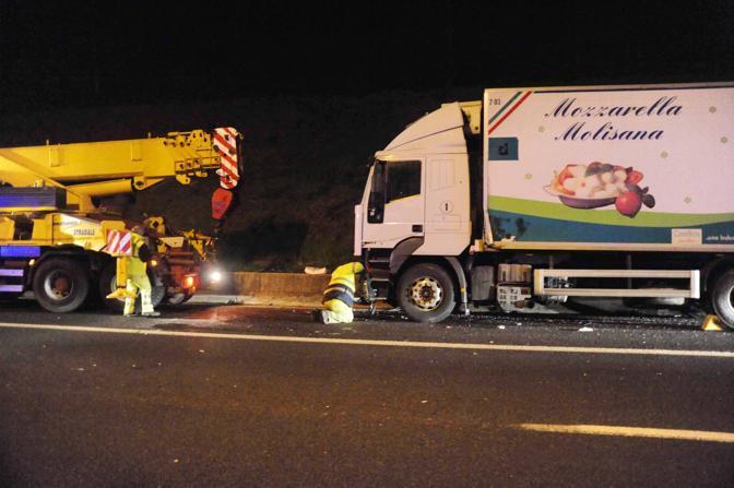 Incidente sul Raccordo anulare di Roma: si traina il camion che ha travolto un'auto in corsia d'emergenza; morti 3 ragazzi e 2 ragazze ventenni (foto Proto)