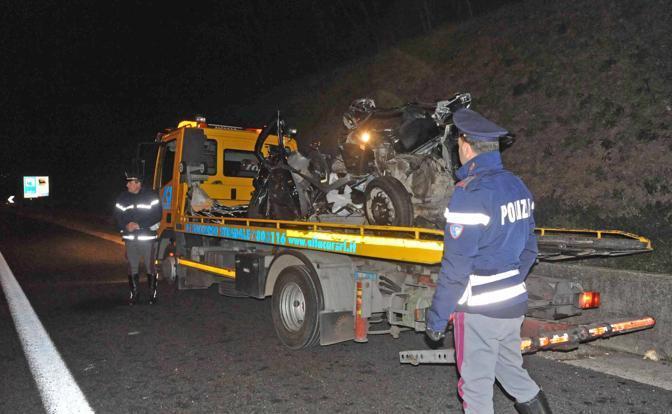 Incidente sul Raccordo anulare di Roma: la Citroen C1 ridotta ad un ammasso di rottami dopo essere stata travolta da un camion; morti 3 ragazzi e 2 ragazze ventenni (foto Proto)