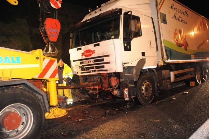 Incidente sul Raccordo anulare di Roma: il camion che ha travolto un'auto in panne; morti 3 ragazzi e 2 ragazze ventenni (foto Proto)