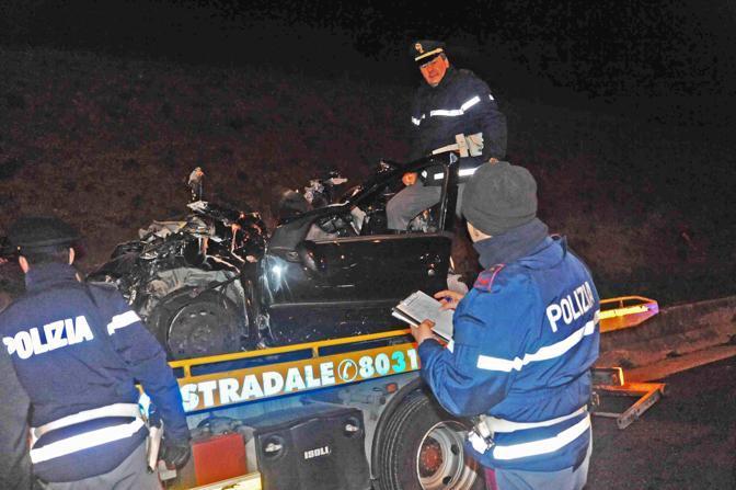 Incidente sul Raccordo anulare di Roma: l'auto distrutta viene portata via; le vittime sono  3 ragazzi e 2 ragazze ventenni (foto Proto)