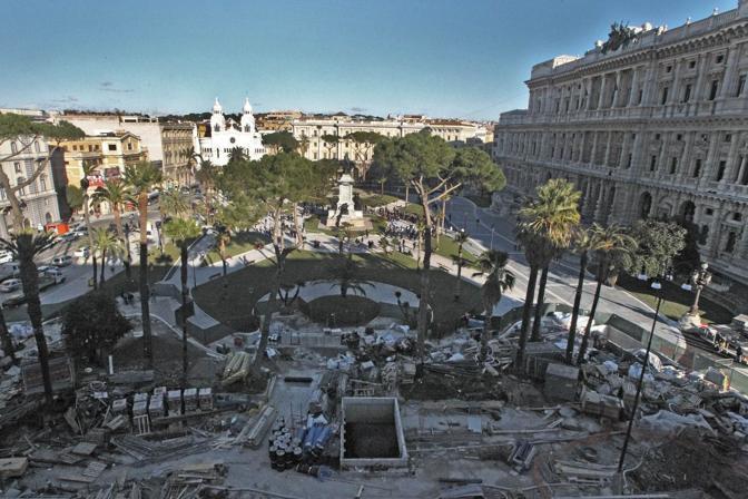 Inaugurata la nuova piazza Cavour: vialetti, palme e prati all'inglese (ma a lato del giardino restano ruspe e materiali da sgombrare); chiuso al traffico il lato del Palazzaccio  (foto Jpeg)