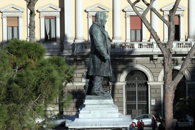 La statua al centro dei rinnovati giardini di piazza Cavour (Jpeg)
