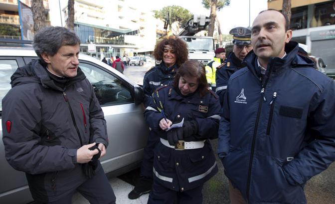 Il sindaco di Roma aveva chiesto a tutti i cittadini di imbracciare la pala e contribuire alla risoluzione dell'emergenza (Ansa)