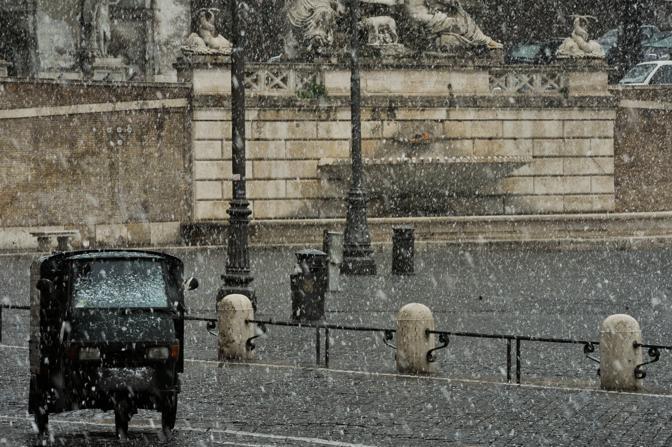 Grandi fiocchi di neve anche nel centro storico (Imagoeconomica)