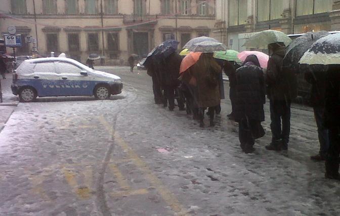 Passeggeri in attesa del bus a via del Tritone (foto Ansa/Laviola)