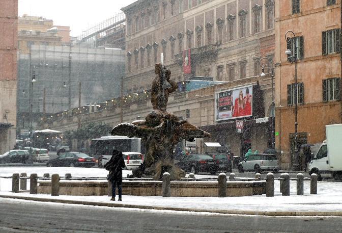 Troppa neve: a piazza Barberini i conducenti fermano i bus perchè sprovvisti di adeguati pneumatici (Ansa)