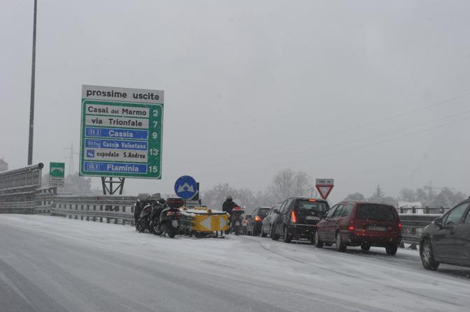 Auto in coda per uscire dal Gra: molte consolari sono bloccate dalla neve e dai veicoli in panne (foto Olycom)