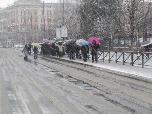 Passeggeri in attesa del tram in piazza Vittorio (foto Bianchi)