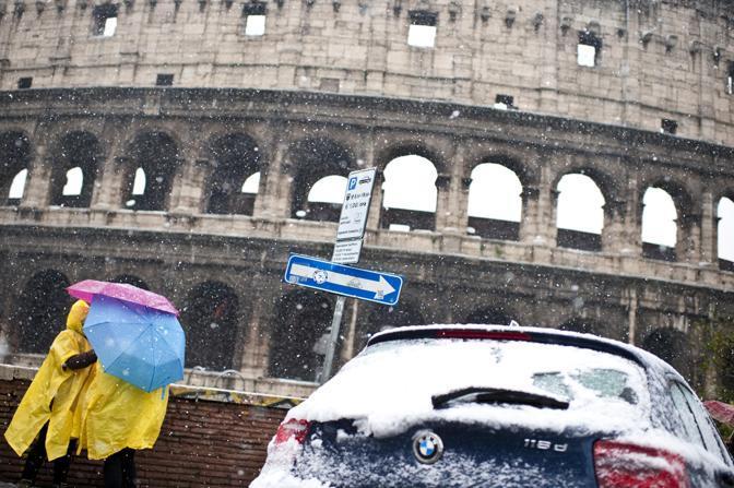 Auto ferme sulle strade in salita vicino al Colosseo: l'Anfiteatro Flavio è stato chiuso ai turisti causa neve (foto Ansa)