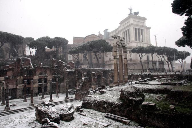 Fori Imperiali imbiancati: l'area archeologica resterà chiusa anche sabato (Insidefoto)