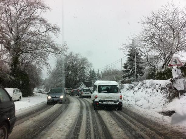 Neve sulle strade dei Castelli Romani: sono caduti oltre 50 centimetri (foto Ansa)
