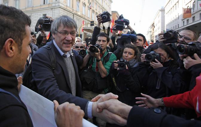 Operai, studenti, antagonisti dei comitati No Tav: a Roma 50 mila marciano nel corteo della Fiom Cgil