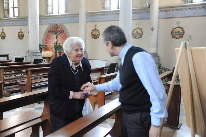Il parroco di San Tommaso Moro don Andrea Celli con una parrocchiana (Foto Proto)