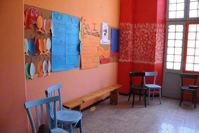 La sala degli adolescenti, interamente colorata e decorata da loro (Foto Proto)