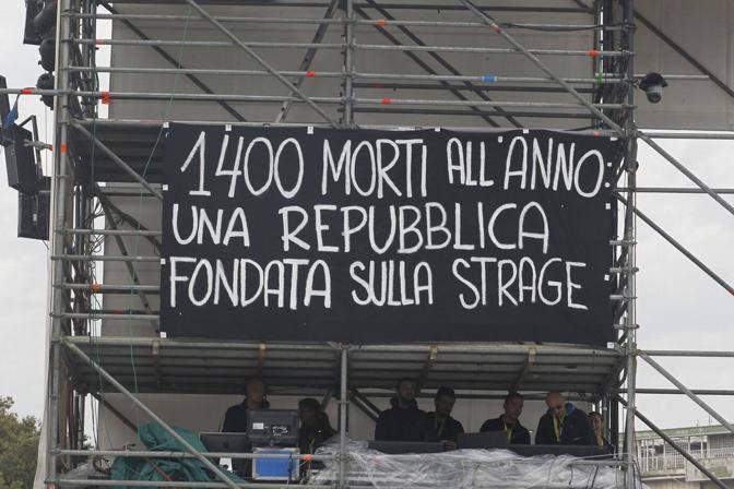 Lo striscione in piazza San Giovanni (La Presse)