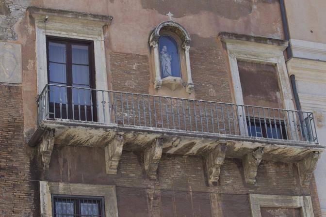 Il balcone da cui si sarebbe staccato il pezzo (Jpeg)