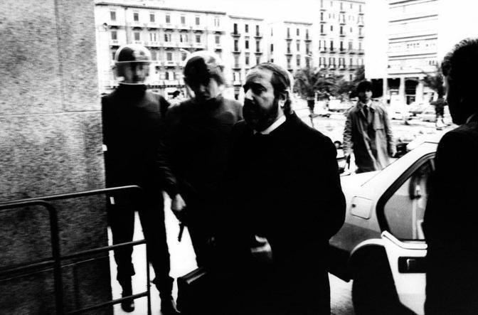 Il giudice Giovanni Falcone arriva a Palazzo di Giustizia con la sua scorta. Palermo 1989.  � Roberto Koch/Contrasto