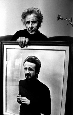 Felicia Bartolotta con la foto del figlio Peppino Impastato ucciso dalla mafia. Cinisi, 2003.  � Shobha/Contrasto