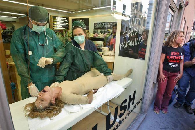 Perfomance choc a Roma contro la vivisezione nella vetrina della bottega Lush. I test fatti sugli animali vengono simulati su una cavia umana (Jpeg Fotoservizi)
