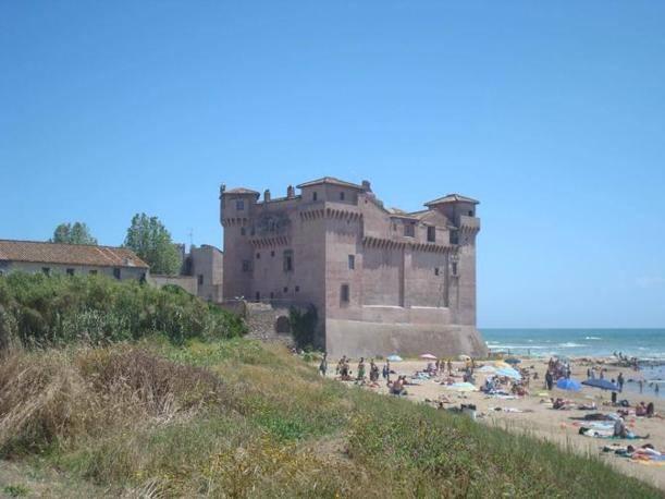 Il castello di Santa Severa a due passi del mare: la Regione lo ha inserito nella lista dei beni alienabili e potrebbe diventare un hotel di lusso (foto Costantini)