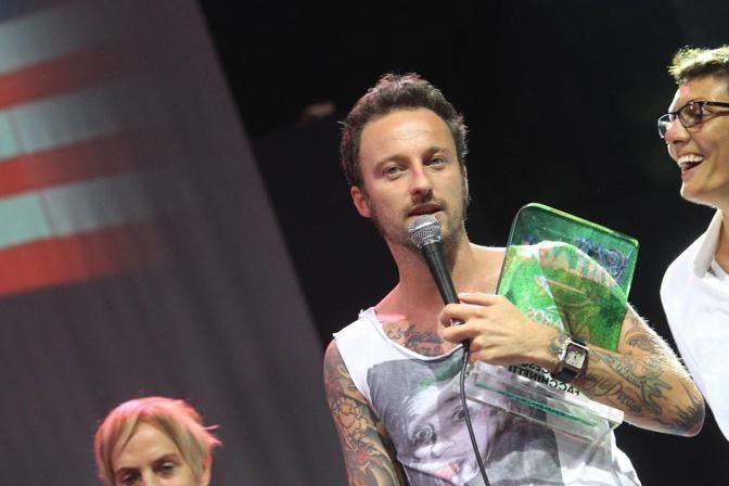 Dj Francesco sul palco: ha interpretato anche la clip con il bacio gay nello spot ufficiale della manifestazione (Jpeg Fotoservizi)