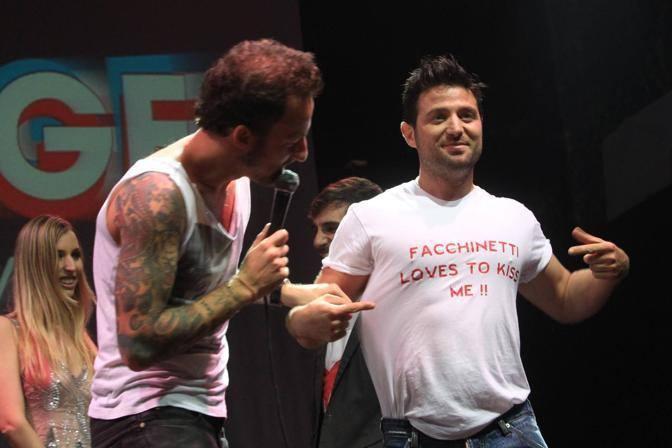 Dj Francesco sul palco con il ragazzo che ha baciato nello spot ufficiale del Gay Village (Jpeg)