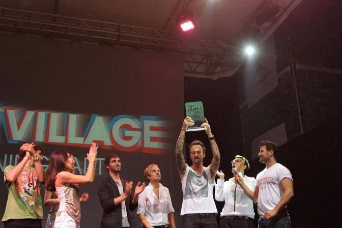 Dj Francesco con lo staff del Gay Village, alla sua destra Imma Battaglia (Jpeg Fotoservizi)