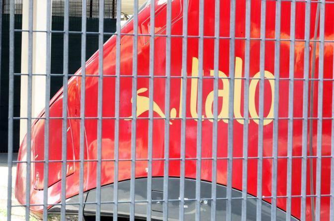 Le grate che bloccano il passaggio diretto dalla biglietteria di Casa Italo ai treni rossi dell'alta velocità di Ntv (Foto Jpeg)