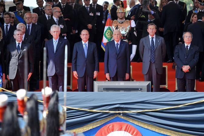 La tribuna d'onore: da sinistra: Monti, Schifani, Napolitano, Fini (Imago)