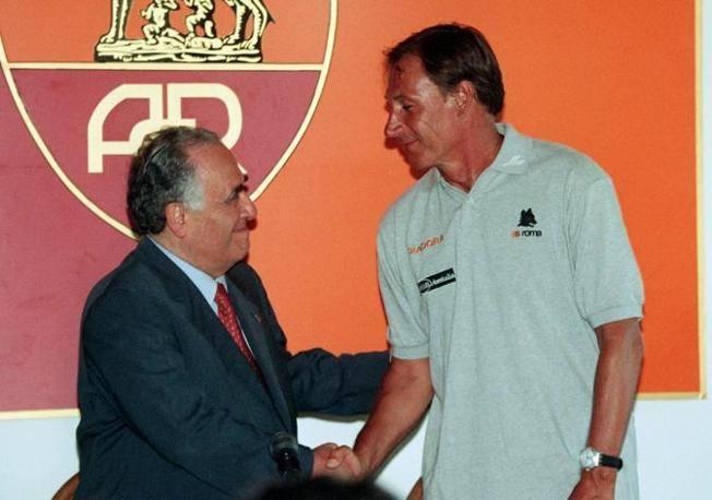 Il presidente della Roma, Franco Sensi, stringe la mano a Zdenek Zeman il 14 luglio 1997 a Trigoria (Ansa)