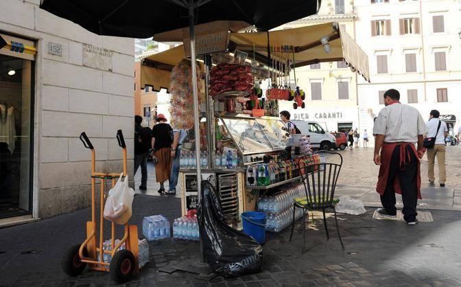Un venditore ambulante in via Frattina, all'angolo con piazza di Spagna (foto Jpeg)