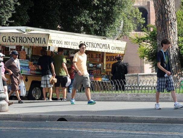 Ancora turisti davanti ad un camion-bar in via dei Fori imperiali (foto Jpeg)