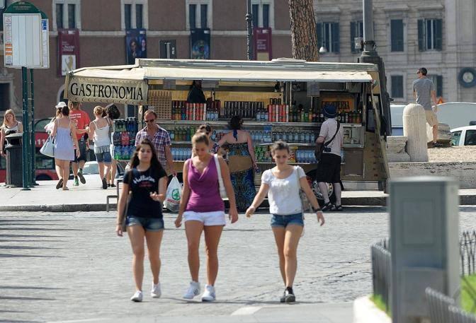 Acqua e bibite fresche in vendita in piazza Venezia (foto Jpeg)