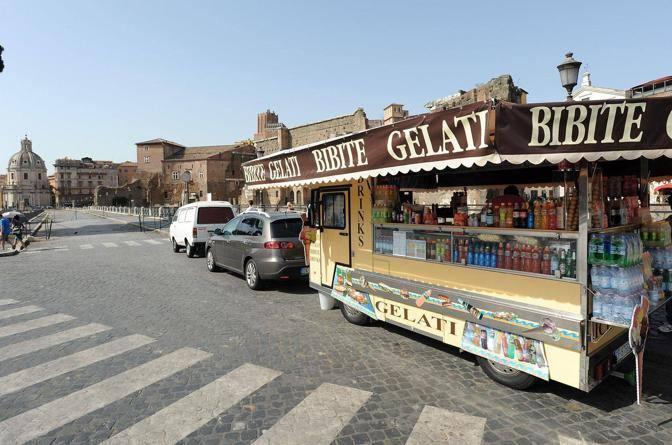 Un camion-bar in sosta lungo via dei Fori imperiali (foto Jpeg)