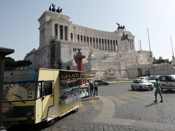 Un venditore ambulante a pochi passi dall'Altare della Patria, in piazza Venezia (foto Jpeg)