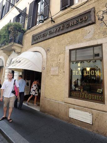 L'ingresso dello storico Antico aff� Greco, in via dei Condotti (foto Jpeg)